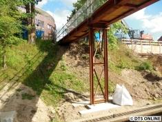 ... hat auch ein neues Fundament bekommen. Fraglich, ob die Stahlträger auch in der späteren Brücke eingebaut werden oder tatsächlich nur provisorisch sind.