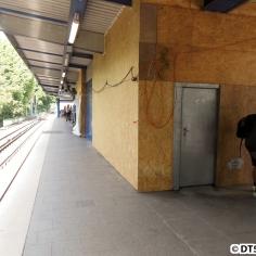 Die Häuschen auf dem Bahnsteig verschwinden unter Bauwänden, außerdem wurden die dynamischen Fahrzielanzeigen durch Pappschilder ersetzt (nicht im Bild zu sehen)