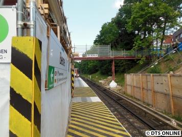 Auf der anderen Bahnsteigseite.