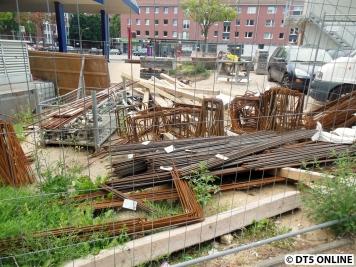 Um das Baufeld liegen viele Bauteile.