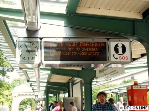 Die Zugzielanzeigen verraten es: Nicht einsteigen. Sperrung Kellinghusenstr. - Saarlandstr