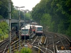 Die Züge 129 (links, betriebsbereit) und 141 (schadhaft, rechts) in der Abstellanlage. Der Betrieb läuft wieder an, als erstes fährt ein DT5 ein. Erst alle raus aus dem Zug, dann kam die Nachricht, dass der Betrieb wieder aufgenommen wird.