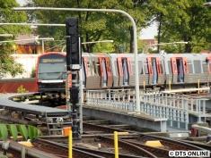 """Später in Barmbek: 301/304 (nicht der angesprochene Zug) zeigt, wie effektiv seine Klimaanlage funktioniert. Alle Türen auf, der Zug schildert tatsächlich """"U1 Alter Teichweg""""."""