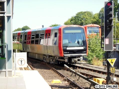 Der Zug wird auf die Abstellanlage Ohlsdorf gezogen.