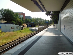 """Hier lagern ein paar Bahnsteigkanten, aber auch Bahnsteig""""platten""""."""