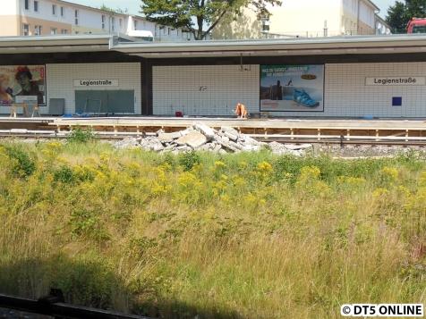 Der Schutt vor dem Bahnsteig umfasst wohl die alte Oberfläche.