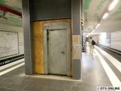Selbe Stelle am Bahnsteig: Hier entsteht der Aufzug. Noch hat er eine Tür aus Holz und Metall ;)