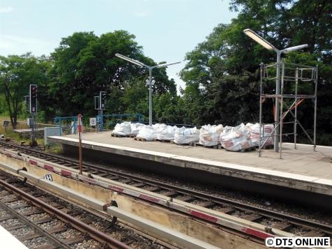 Auf dem Bahnsteig 2 stehen schon viele dieser weißen Säcke.