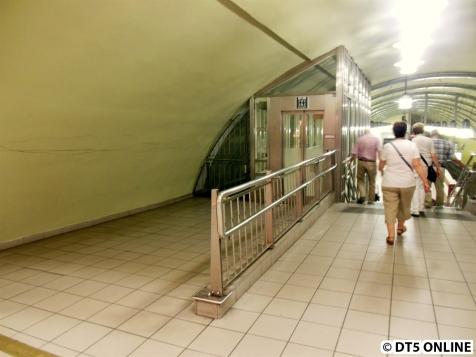 Zugang zur Bahnsteighälfte Ri. Wandsbek-Gartenstadt, von der Seite Fernbahn/S-Bahn