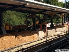 """Ein Blick weiter Richtung """"Aufgang"""": Die Pfeilerfundamente sind noch da, auch ist die Bahnsteigmauer noch nicht ganz abgerissen."""