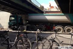 Von den beiden Brücken oben laden die Schienenbagger den Schutt in den Lkw.