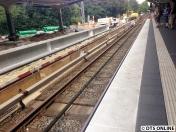 Wieder zu sehen sind die Trennstücke, die noch aus den Bahnsteigelementen genommen werden. Auch sind weiterhin Absperrungen vorhanden, die Gleise sind abgedeckt worden.