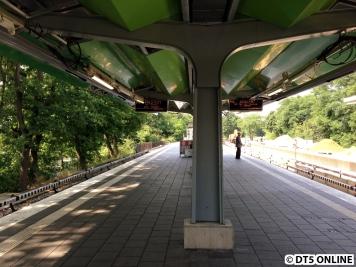 """Am neuen Dach wurden zwei Zugzielanzeigen pro Richtung angebracht. Ab dem 28. Juli zeigt der hier rechte wieder nur """"U3 Bitte nicht einsteigen"""" an..."""