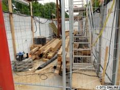 2. Baufeld auf dem Bahnsteig, welches auch diese provisorische Stahlträgerbrücke beherbergt
