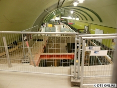 Unter der Treppe / dem Fahrstuhlweg ist es hohl (gewesen)