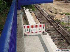 Die Bahnsteigverlängerung ist übrigens dünner als der Bestand, was wohl daran liegt, dass dort der Laufweg wieder(?) hinkommt (??)