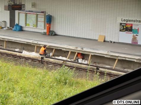 Weiter in Richtung Ausgang wird die Bahnsteigkante aufgefrischt und instandgesetzt