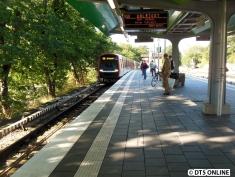 DT5 sind in Wandsbek-Gartenstadt keine Seltenheit mehr, schließlich werden bereits drei bis vier Umläufe auf der U3 von DT5 gefahren. Praktisch ist die Möglichkeit, 10 Minuten mithilfe der U3 über Barmbek gegenüber der U1 via Hbf. einzusparen. Daher wird dieses Foto erst möglich.