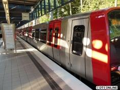Der Zug ist leider zu weit gefahren, um ein vernünftiges Foto vom Bahnsteig aus zu machen. Dafür aber ein Blick entlang des Fahrzeuges.
