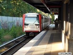 Anstelle eines DT2 fuhr auf diesem Umlauf heute morgen ein DT3-Vollzug. Auf dem Weg nach Ohlsdorf erreicht er gerade die Haltestelle Ohlsdorf.
