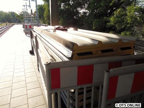 Dachpanels liegen am Bahnsteigende