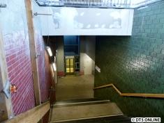 Aufgang zum Bahnsteig 1: Einseitig neu befliest (Blattmuster auf grünen Fliesen), fertig ist er aber noch nicht.
