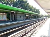 Am anderen Dach sind in regelmäßigen Abständen solche Metallteile montiert worden.