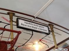 """Inzwischen an Bedeutung verloren hat dieses Schild: """"Jugendliche werden gebeten, Älteren ihren Sitzplatz zu überlassen"""""""