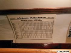 """Im Wagen hängen auch noch Fahrpläne, sie sind """"Gültig ab 25. Sept. 1933"""". Sie sind für die Walddörferbahn und die Wohldorf-Ohlstedter Kleinbahn."""