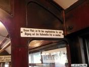 Auch dieses Schild vermissen einige: Die Türbereiche sind für den Fahrgastwechsel freizuhalten. Doch meist staut es sich heute genau dort, obwohl noch Sitzplätze oder Stehplätze im Gang frei sind.