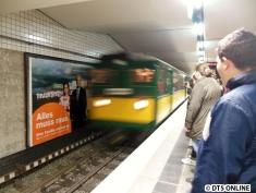Erstmals im Fahrgasteinsatz ein 4-Wagen-T/TU-Wagen-Zug. Es fahren T6 220, T1 11, TU2 8762 und TU2 8838. Hier erreicht er erstmals die Haltestelle Berliner Tor.