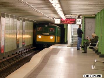 In historischer Kulisse erreicht der T-/TU-Wagen-Verband die Haltestelle Emilienstraße.
