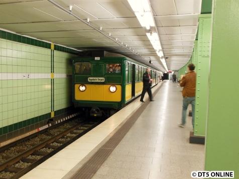 Und kommt dann auch noch einmal zum Stehen. Der Zug passt sich ins Bild der Haltestelle ein.
