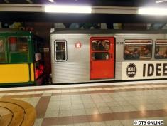 """Der jüngste Museumszug wurde 2008 fertiggestellt. Er entstammt der 9.-13. Lieferung und wurde 1959-1961 modernisiert. Seine Nirosta-Stahlblech-Außenhaut verlieh ihm den Namen """"Silberling""""."""