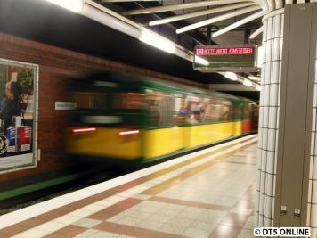Zwar nicht direkt zu sehen, aber es gab keine gute Fotomöglichkeit - daher an dieser Stelle etwas zum Wagen 11: Er ist nummerntechnisch Hamburgs erster U-Bahn-Wagen und ging am 28.2.1912 in den Betrieb. Er ist Deutschlands ältester erhaltener (fahrtüchtiger) U-Bahn-Wagen; er ist in ein 2. Klasse und ein 3. Klasse-Abteil unterteilt.
