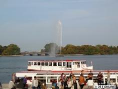 Die ATG-Fähre Ammersbek passiert das Museumsschiff am Jungfernstieg