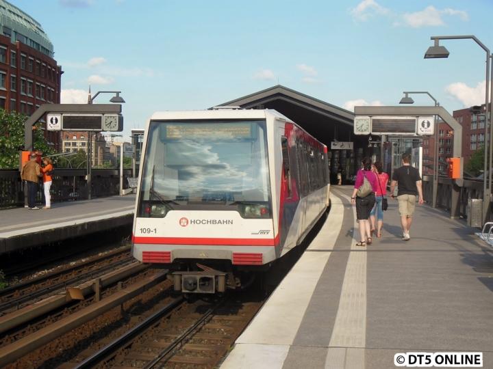 Hin und wieder kommt es vor, dass DT4 auf der U3 eingesetzt werden. Ein solcher Einsatz fand am Abend des 24. Mai statt. Der Zug fuhr 2 Minuten hinter dem Planzug hinterher, um dann in Wandsbek-Gartenstadt seinen Umlauf zu übernehmen. Hier befindet sich der Zug noch am Baumwall, auf den Weg in Richtung Berliner Tor.