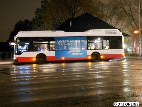 Der BusBus (Wasserstoffbus) ist nicht mehr grün, sondern im Hochbahn-Rot/Weiß unterwegs. Nun mit Werbung an den Seiten und hinten für die neuen Antriebstechnologien.