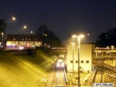 DT4 123 erreicht bei Dunkelheit die Haltestelle Billstedt.