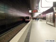 Der Zug war derart verspätet, dass die Anzeige bei der Ankunft bereits auf fährt sofort umsprang. Nach einem kurzen Lauf fuhr der Zug auch gleich wieder los.