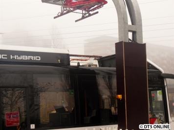 Am Dach wurde die Abdeckung entfernt, sodass man vom Gehweg aus die Ladevorrichtung sehen konnte: Mittels vierer Kontaktpunkt der Kupferschienen werden die Fahrzeuge aufgeladen.