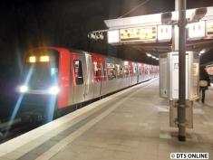 Später am Abend dann DT5 320/323 in Kellinghusenstraße. Zum Zeitpunkt der Inbetriebnahme der ersten Fahrzeuge fand gerade erst einmal der Testbetrieb statt. Die U4 wurde ein Mal täglich angefahren.