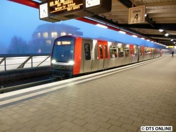 Zurück in Barmbek: DT5 321/309 wartet dank Nachspringer auf die Abfahrt. Wegen des vorausgefahrenen DT5 304/324 hatte dieser Zug bereits ein paar Minuten Verspätung gesammelt.