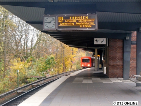 Der DT2 erreicht den Bahnhof Ohlsdorf.