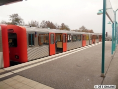 """Das andere Gleis ist """"blockiert"""" durch den DT2, welcher auf das einzelne Kehrgleis südlich der Haltestelle gefahren wird."""