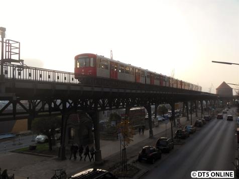 921 befährt gerade das Hafenviadukt, bevor kurze Zeit später endgültig die Sonne durchkommt.