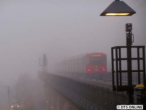DT3-LZB 922 am DT3-E 855 auf dem Hafenviadukt. Das Signal und die Lampe sind scharf gestellt, während der Zug verschwindet.