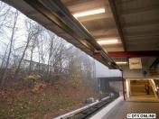 Am Bahnsteigdach hängen noch die Leuchtstoffröhren, seit einigen Wochen bereits hängen hier neue Lichtbänder. Nur noch ohne Leuchtmittel.