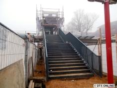 """Die Treppe: Die Stufen sind bereits """"aufgeklebt"""", die Geländer bereits montiert."""