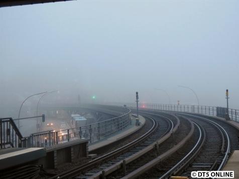 Die andere Seite: Die Binnenhafenbrücke im Nebel versunken.